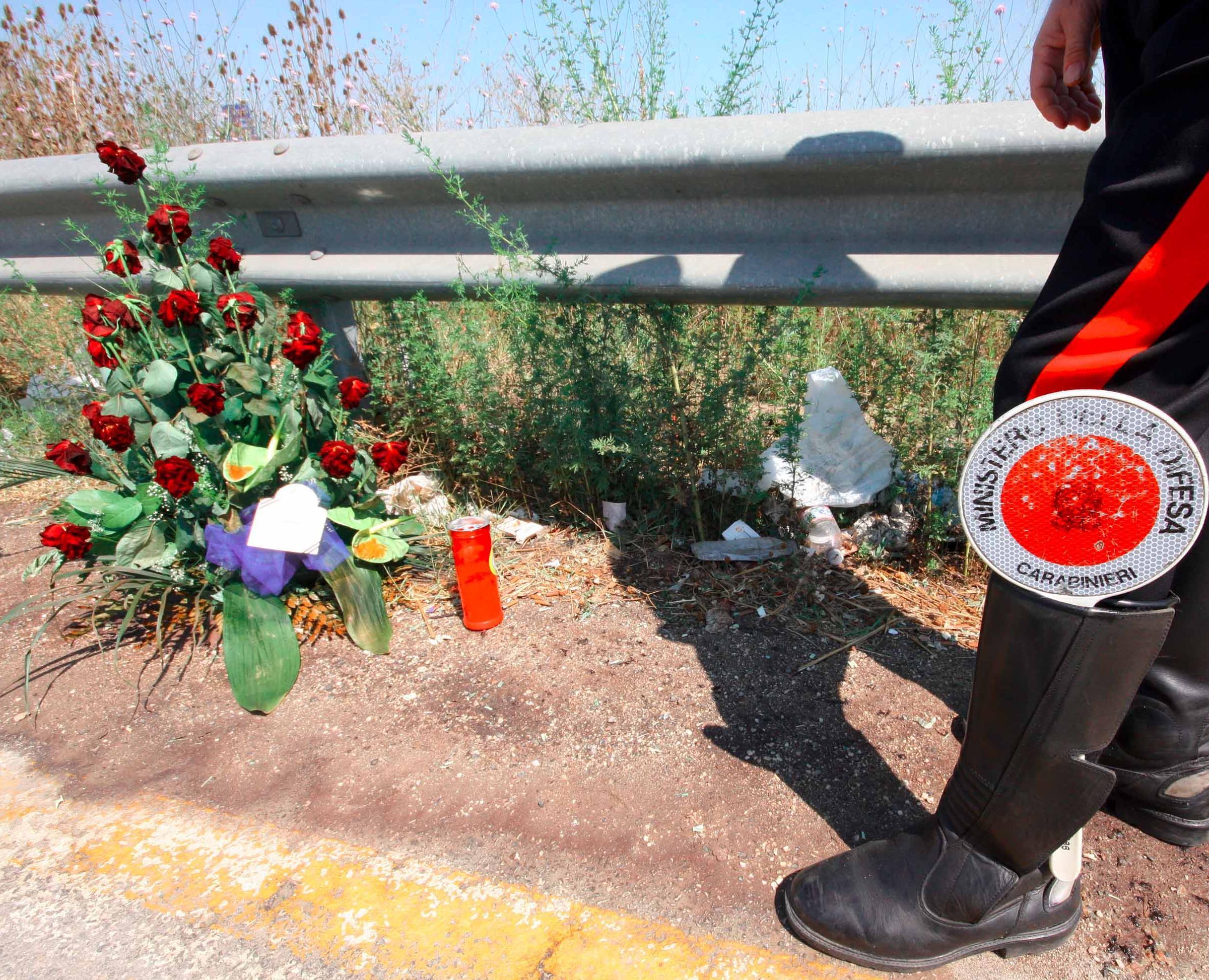 ansa - incidente stradale - ansa - incidente - 20090819 CASALE DI PRINCIPE (CASERTA) -CLJ- PIRATI STRADA: UCCIDE IMMIGRATO, IDENTIFICATO CON TELECAMERE . Fiori sul luogo dell'incidente stradale nel quale un camionista ha travolto un ragazzo del Burkina Faso che stava andando al lavoro nelle campagne di Casal di Principe (Caserta) sulla Nola-Villa Literno a bordo della sua bicicletta e poi è scappato senza soccorrerlo lasciandolo morire sull'asfalto. Il pirata della strada è stato arrestato questa notte dai carabinieri della compagnia di Casal di Principe. A.L., 22 anni, di San Marcellino, è ritenuto responsabile di omissione di soccorso e simulazione di reato poiché, nel tentativo di sviare le indagini, ha prodotto una falsa denuncia di furto del rimorchio del suo camion. La vittima, Zanre Kassim, era un immigrato con regolare permesso di soggiorno, aveva la residenza in provincia di Pordenone, ma da qualche giorno si trovava nel casertano per lavorare.  ANSA/CESARE ABBATE/ JI